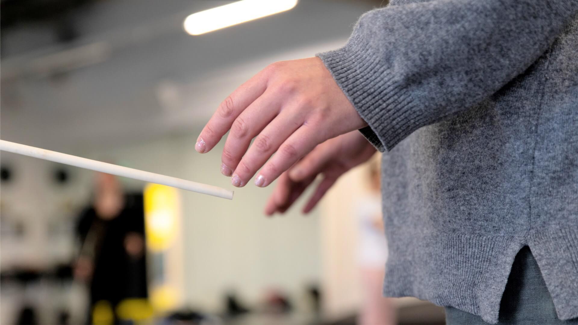 Lähikuva työpajaan osallistuvan kädestä.
