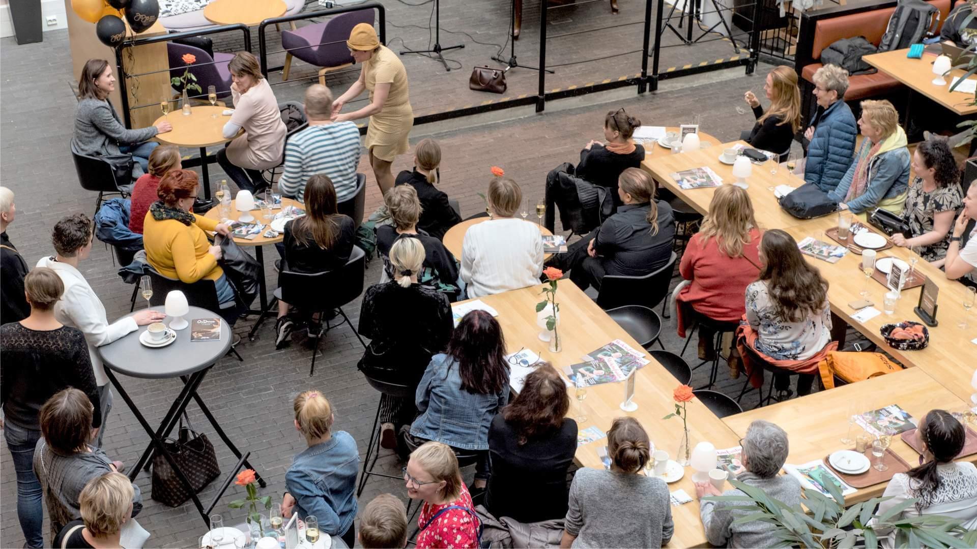 Kuva esiintyjästä keskustelemassa yleisön kanssa.